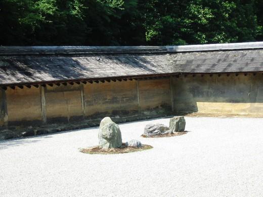 Geharkt wit grind en verticale stenen in het midden ongeveer