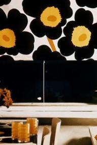 Stof met zwarte bloemen, geeel hart tegen witte achtergrond