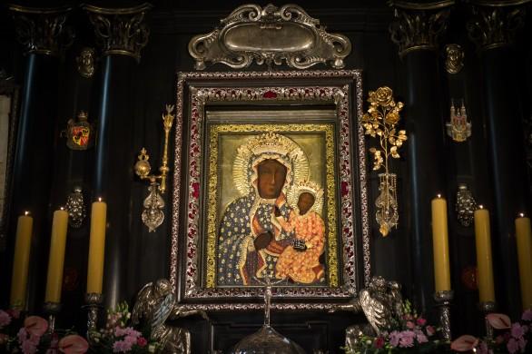 Catholic Church England and Wales, De icoon van de Poolse madonna in de opstelling in oklad op het altaar in de kloosterkerk te Częstochowa (Flickr, 2016).