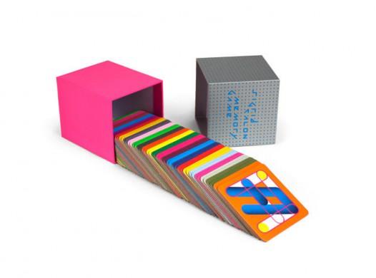 roze kubusvormige doos op zijn kant met kleurigekaarten