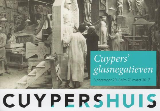Uitnodiging van Cuypershuis om bij te dragen aan de redding van de glasnegatieven. Hierbij is gebruik gemaakt van een foto van het atelier, waar Cuypers zelf op staat, terwijl hij aanwijzigingen geeft aan een van zijn beeldhouwers.