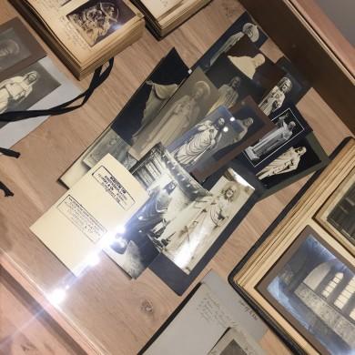 De firma Cuypers & Co had een ruim aanbod in verschillende soorten heilig Hartbeelden, waar een vrij grote markt voor bestond. Verschillende ervan zijn door Joseph Cuypers ontworpen.