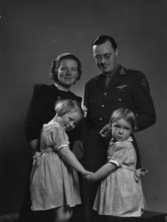 Juliana, Bernhard en twee kinderen