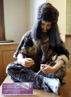 Foto van reconstructie van Ötzi's kleding, Naturhistorisches Museum Wien