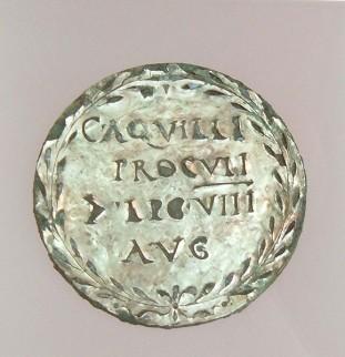Foto van een medaillon, toebehorend aan Gaius Aquilus Proculus, een centurion die vocht tegen de Bataven bij Driel
