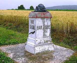 Gedenksteen op 'voie sacree', de heilige weg tussen Bar le Duc en Verdun in Noord-Frankrijk. hier is in de oorlog hard gevochten.