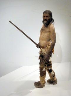 Foto van reconstructie van Ötzi in Südtiroler Archäologiemuseum te Bolzano