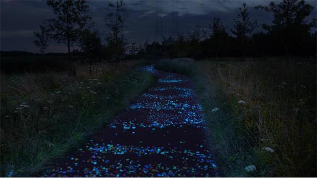 zwarte achtergrond, blauwe schijnsel