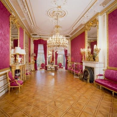 Witte zaal met gouden en rode details