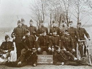 Peter Burgers op een groepsfoto bij Fort bij Spijkerboor.