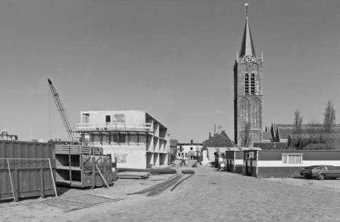 """Sloop en Nieuwbouw Kerkbuurt, gezicht op terrein van """"Vessies"""" Kerkstraat nummer 21"""