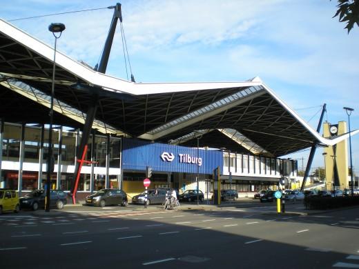 Het station van Tilburg werd gebouwd in 1965 naar een ontwerp van architect Koen van der Gaast. Herkomst: Wikimedia Commons. Foto Antoine.01, 2013.