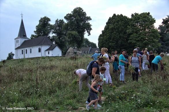 De jaarlijkse kruidenwandeling vertrekt vanuit het Clemensdomein te Oud-Merkelbeek