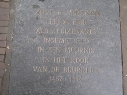 'Suster Bertken Leefde hier als kluizenares ingemetseld in een muurnis van het koor van de Buurkerk 1457-1514