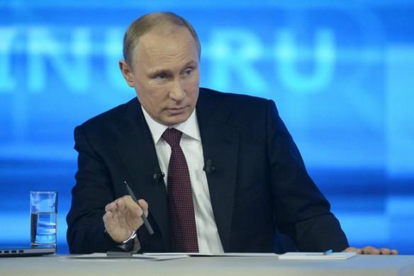 Screenshot van Vladimir Poetin in het programma Priamaia liniia