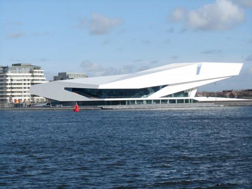 Witte gebouw filminstituut EYE gezien vanaf het IJ