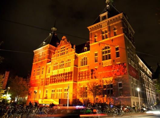 geelrood verlicht gebouw tegen zwarte achtergrond