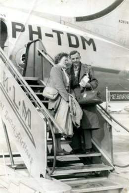 Vol verwachting poseren Greet en Gerard Pommer op de trap van een van de eerste vliegtuigen vol emigranten naar Australië. Het is 1953