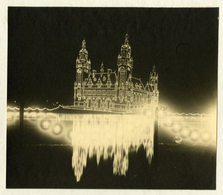 Illuminatie Vredespaleis in het Haagse Bos, Koninginnedag 28 augustus 1906