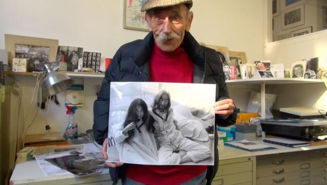 Cor Jaring met een beroemde foto die hij van John Lennon en Yoko Ono maakte (VanGisteren)