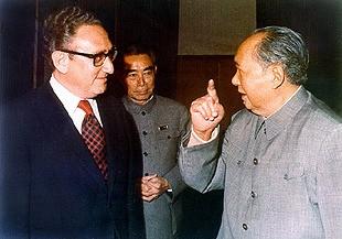Kissinger en Mao Zedong tijdens het staatsbezoek van president Nixon in 1971. Op de achtergrond de Chinese premier Zhou Enlai.