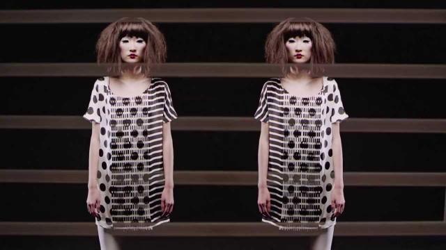 Zwart/witte jurk met zwarte polkadots en strepen, door elkaar heen lopend.