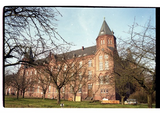 Rijksmonument College St. Ludwig te Vlodrop in 1998, voor de illegale sloop van een deel van dit complex. Foto Leo Dubbelaar 1989.