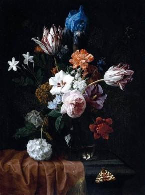 Bloemen in een vaas tegen donkere achtergrond