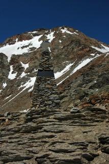 Foto van een gedenknaald opgericht nabij de plek waar Ötzi werd gevonden