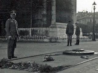 Rothe bij Graf van de onbekend soldaat bij Arc de Triomphe in Parijs