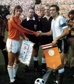 Johan Cruijff en Roberto Perfumo tijdens de WK wedstrijd Nederland - Argentinië