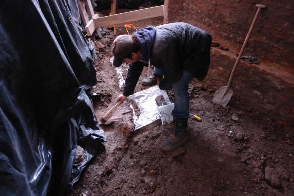 Man bezig met opgraving, kleuren bruin, zwart