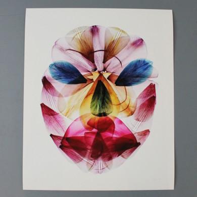 Witte achtergrond, rode, gele , blauwe roze tulpenblaadjes die overlappen en gezicht vormen
