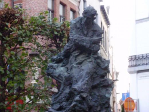 Standbeeld van Van Ostaijen in Antwerpen