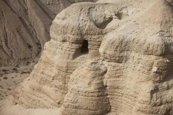 De grot van Qumran waar de dode zee rollen werden gevonden.