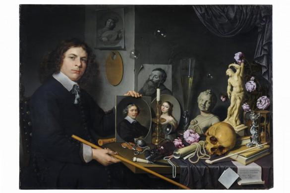 Overwegend zwarte achtergrond, links man en face, zwart kostuum, witte kraag, in de linkerhand een  portret,, een tafel midden voor met kleed, met daarop van links naar rechts, een mes, een glas, een marmeren buste, een papieren witte koker, een schedel,