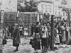 Vrouwen achter het met prikkeldraad afgesloten getto van Lvov, 1942.