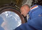 André Kuipers kijkt uit over de aarde tijdens zijn eerste missie in 2004