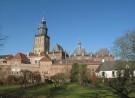 Stadszicht op Zutphen met stadsmuur en Walburgkerk