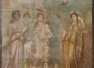 Koningin Dido op haar troon, vergezeld van haar hofdames, een personificatie van Afrika en het wegvarende schip van Aeneas; fresco uit Pompeii