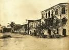 Woonhuis en consulaat van Hamel (derde huis van rechts) in Elmina rond 1880